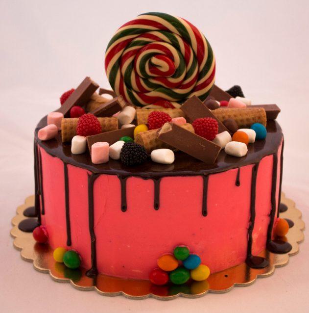 люди те, как украсить торт конфетами и печеньем фото кадр искусство